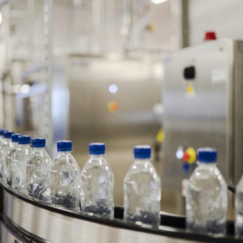 Vannflasker i produksjonslokale til Isklar. Foto.