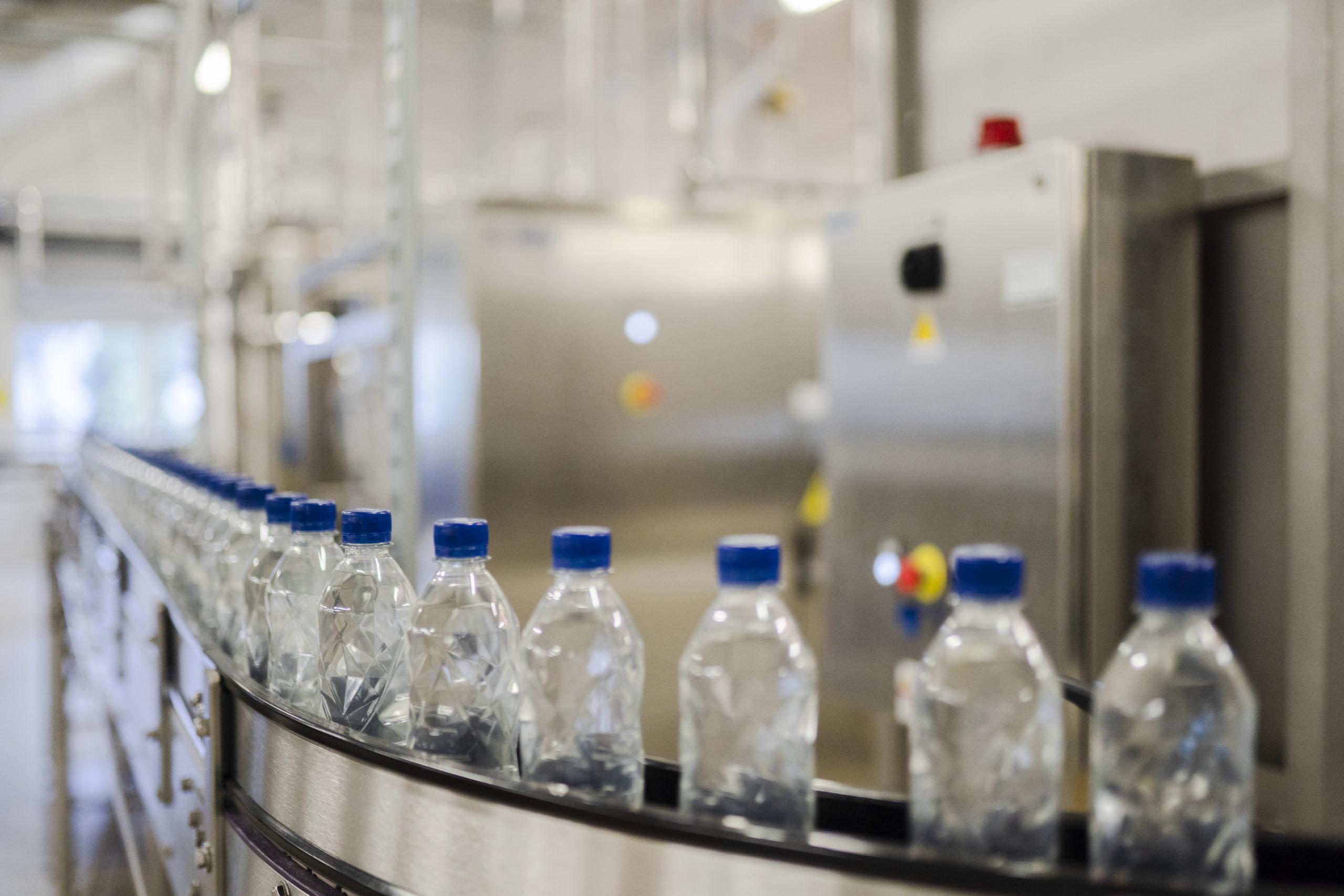 Vannflasker i produksjonslokale til Isklar. Foto: Skarv Studio