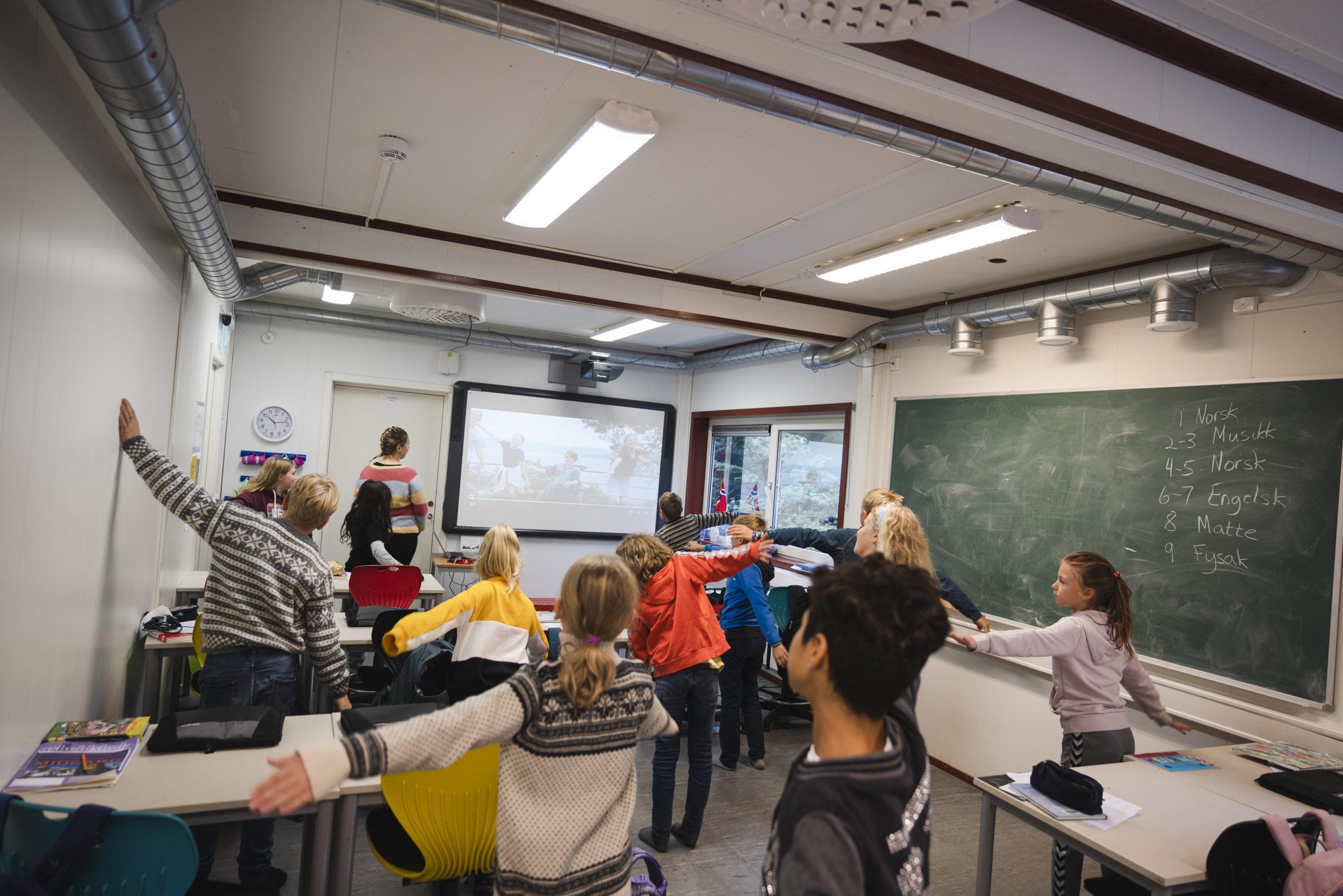 Elevar i klasserom som dansar. Foto: Skarv Studio