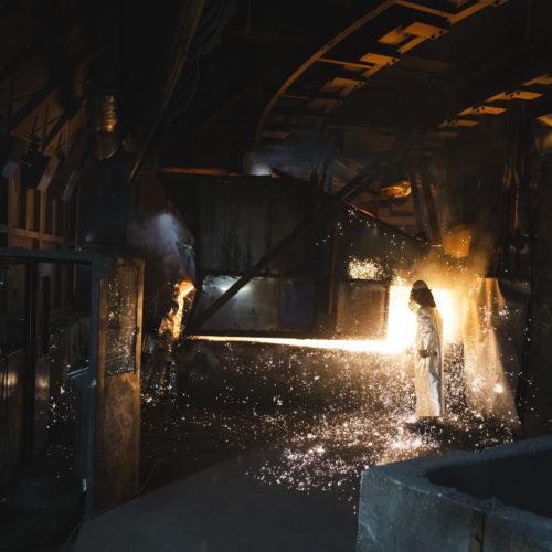 Arbeidar i produksjonslokale i industien. Foto.