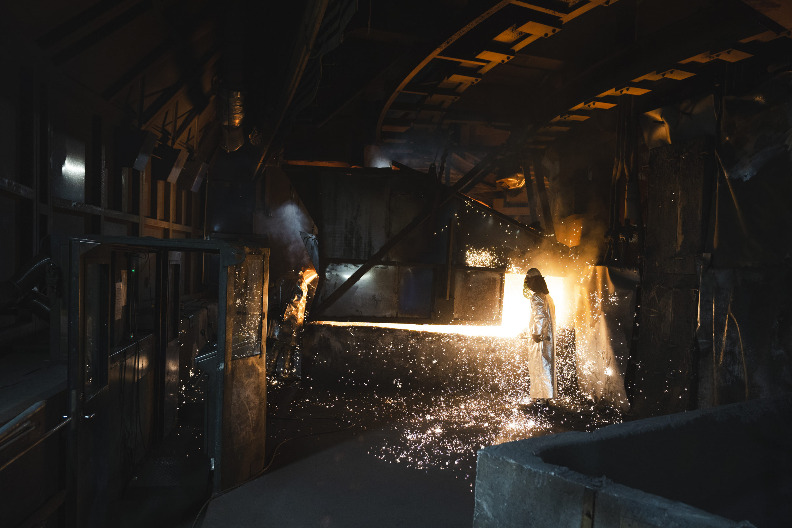 Arbeidar i produksjonslokale i industien. Foto: Skarv Studio