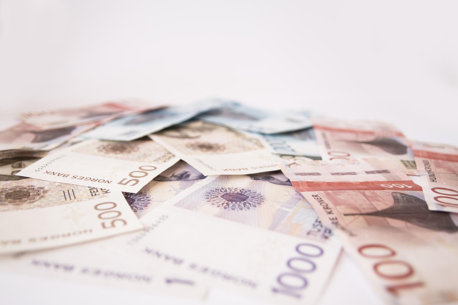Norske pengeseddler i ein haug
