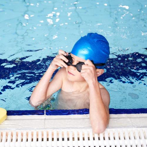 Gut i badebasseng med symjebriller. FOto.