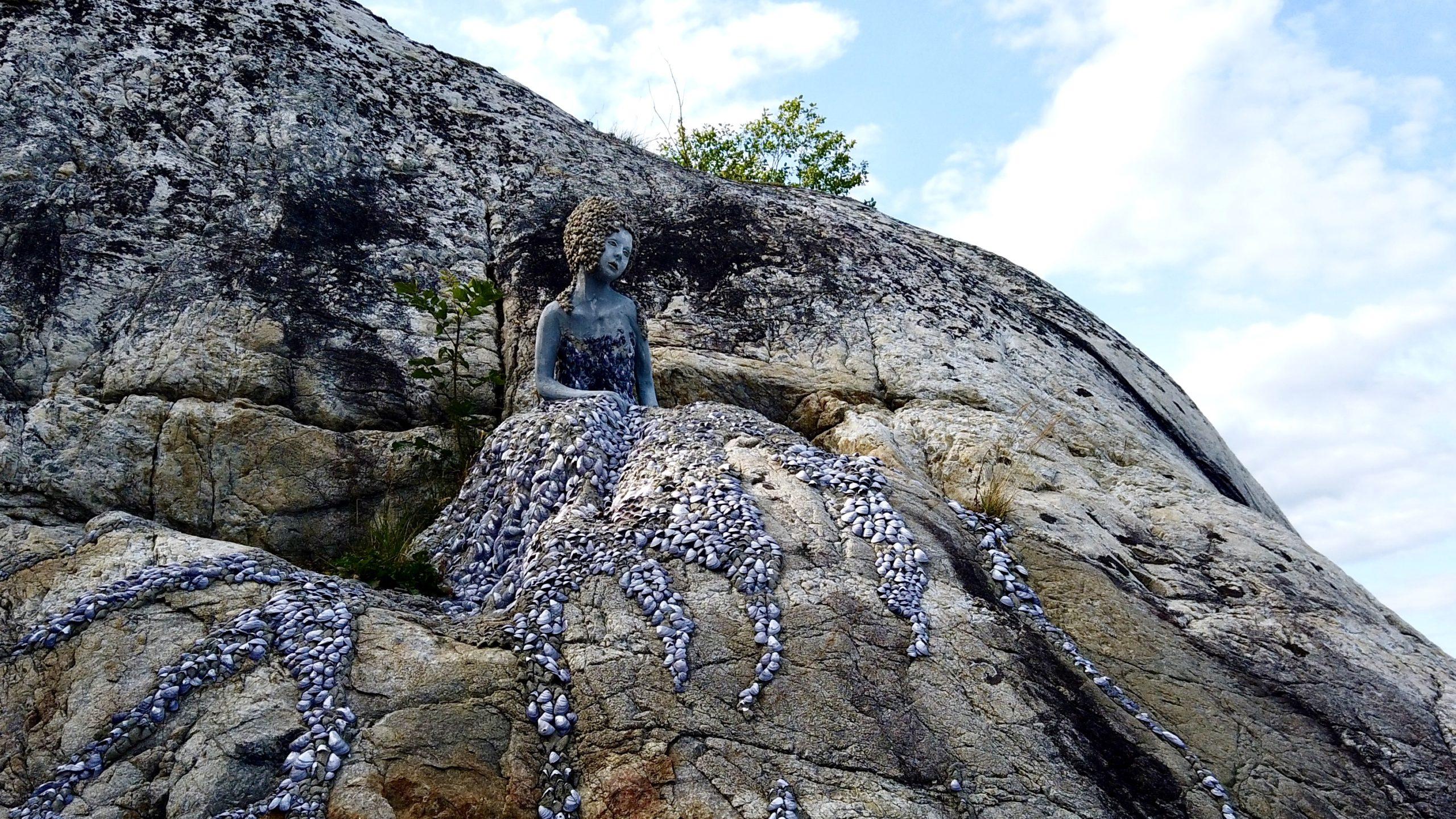 Kunst figur av havfrue på berg på Utne