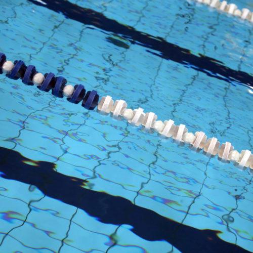 Skillelinje i badebasseng. Foto.
