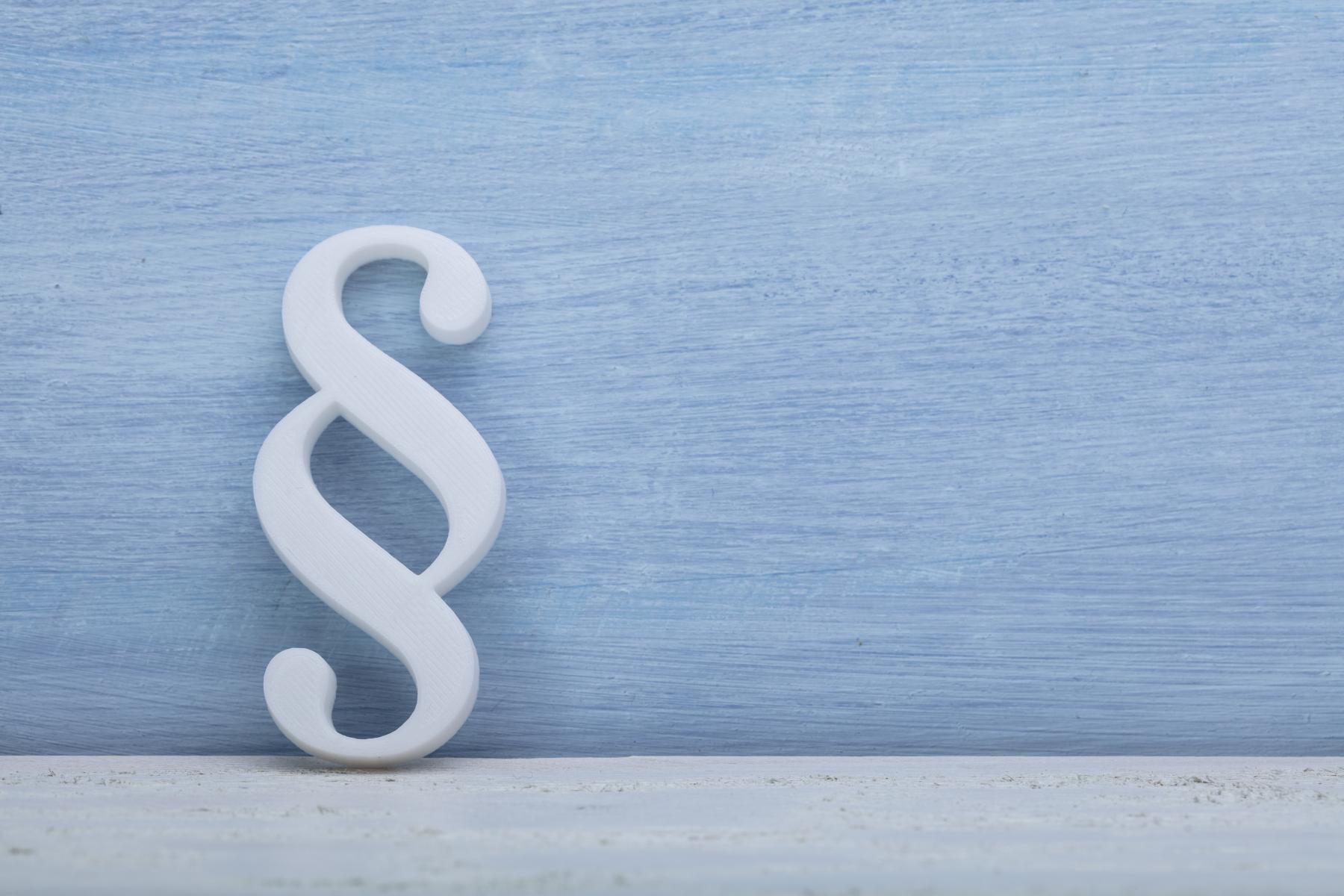 Paragraf symbol lent mot blå vegg