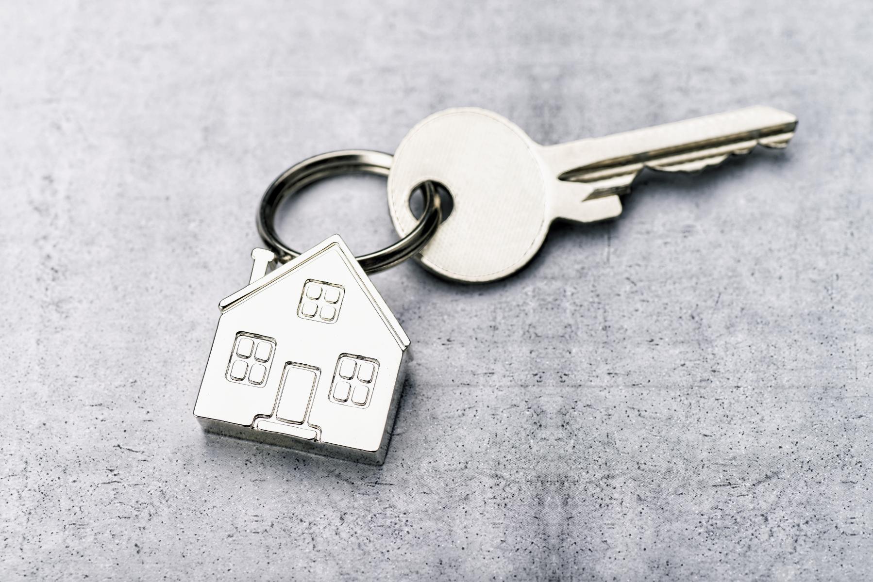 Nøkkelring forma som hus festa i nøkkel