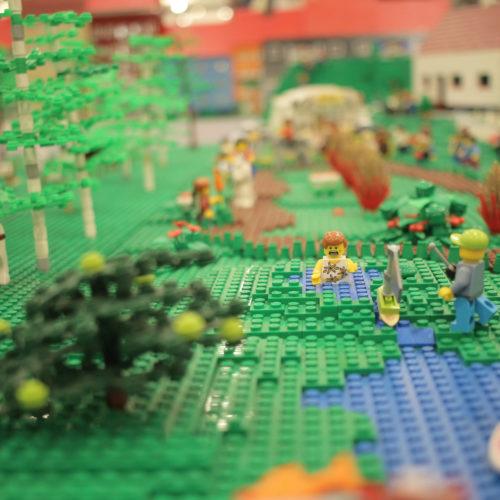 Legofigurar i by. Foto.