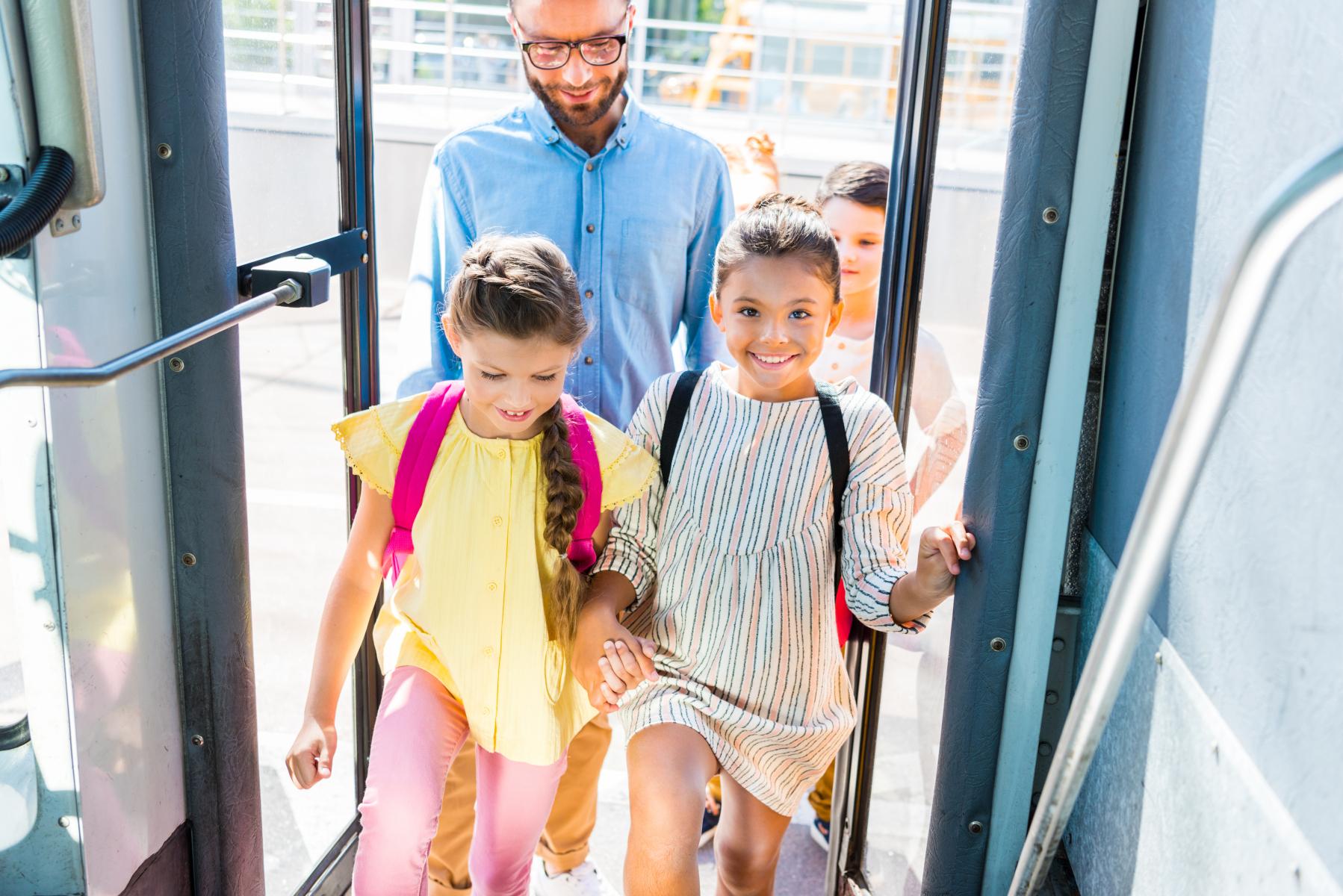 Elever som går på skolebussen