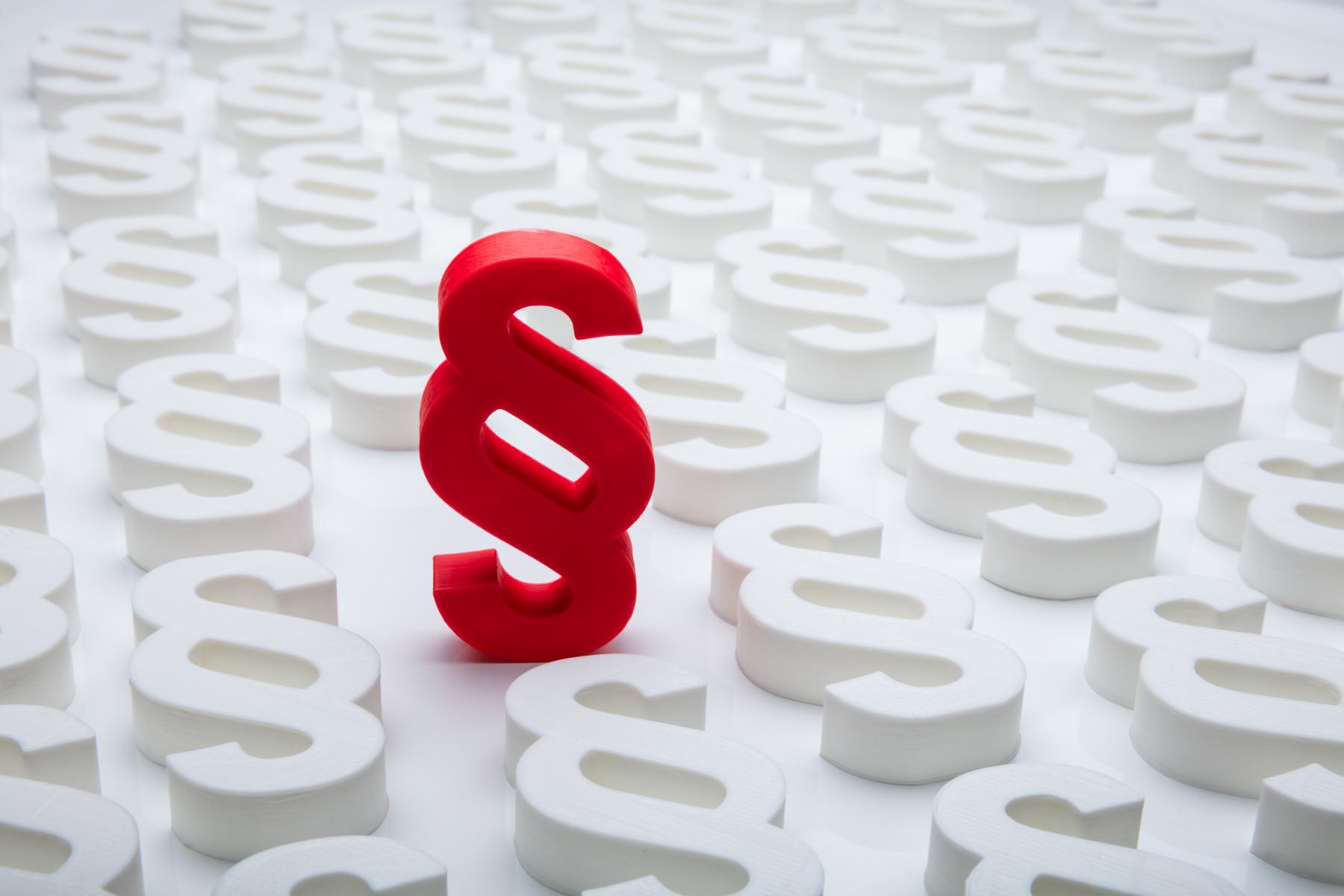 Raud paragraf symbol blant mange kvite paragraf symbol