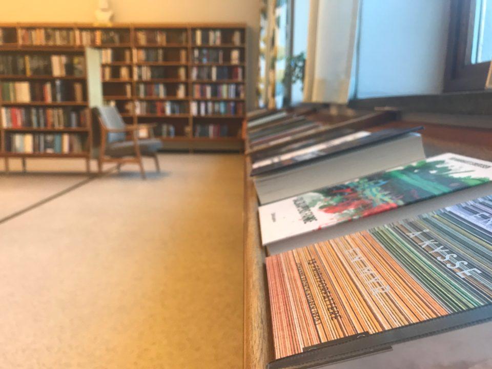 Masse bøker i bibliotek