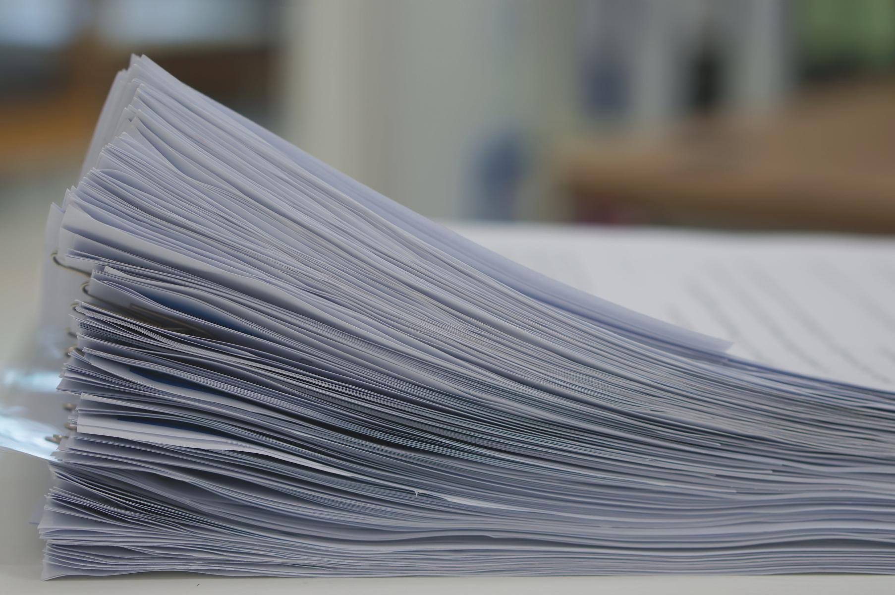 Bunke med papirer på eit kontor
