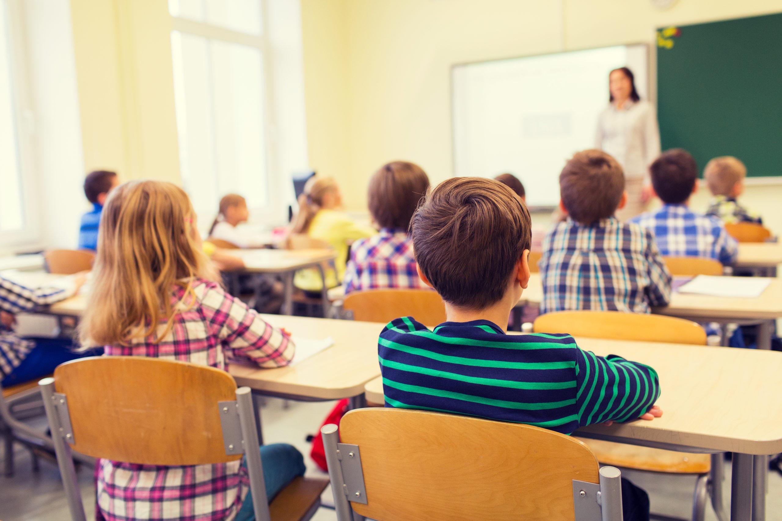 Gruppe elever som sitter i klassrom