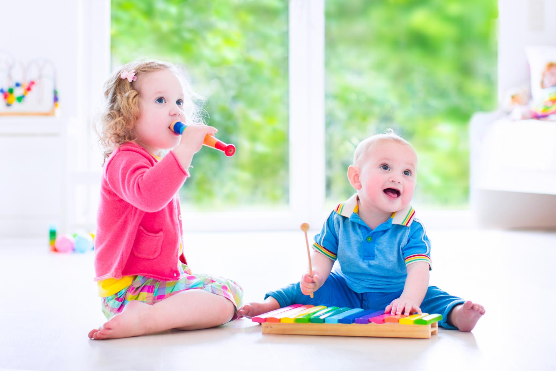 To barn som spiller musikk på blokkfløyte og xylofon. Bilete.